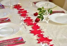 党与红色装饰的饭桌 库存图片