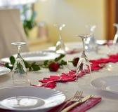 党与红色装饰的饭桌 免版税库存照片