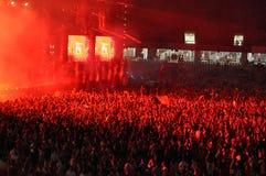 党在音乐会的人群跳舞 免版税库存图片