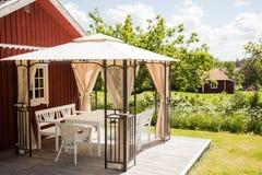 党帐篷在夏天庭院里。 库存照片