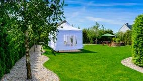 党帐篷-游园会或婚礼娱乐帐篷在moder 免版税库存照片
