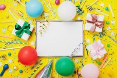 党或生日背景 与气球、礼物、狂欢节盖帽、五彩纸屑、糖果和飘带的银色框架 假日大模型 免版税库存图片