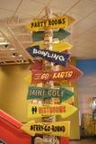 党房间滚保龄球去Karts微型高尔夫球休息室旋转木马箭头标志 免版税库存照片