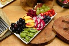 党果子板材用各种各样的果子 免版税库存照片