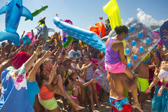 党海滩乐趣人可膨胀的玩具 免版税库存照片