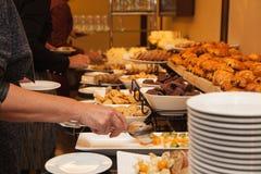 党的人民吃甜点和蛋糕 各种各样的快餐 库存照片