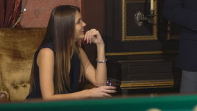 党的美丽的女孩坐有玻璃的长沙发  股票录像