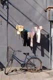 兜风自行车给墙壁穿衣 免版税图库摄影