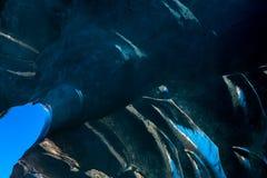 入冰川隧道的出口道路有坚实冰墙壁的和 免版税库存照片
