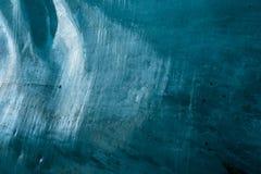 入冰川隧道的出口道路有坚实冰墙壁的 库存照片