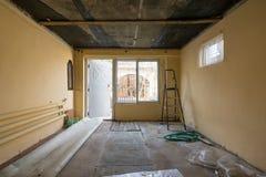 入口修理在一个私有房子里,看法对前提的从街道的边和窗口 免版税库存图片