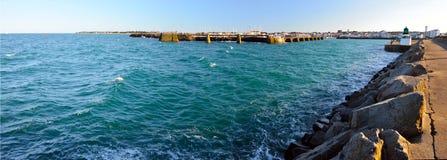 入口全景在若茵维莱口岸的在Yeu海岛 免版税库存照片