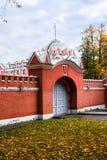 入口到佩特洛夫宫殿的后院里,莫斯科,俄罗斯 免版税库存图片
