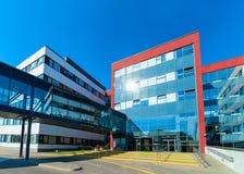 入口到现代玻璃公司业务办公楼摩天大楼里 图库摄影