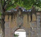 入口向著名圣若热城堡在里斯本在葡萄牙 免版税库存照片