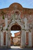 入口向锡耶纳,有梅迪奇纹章学盾的波尔塔Camollia门在锡耶纳,托斯卡纳,意大利 库存图片