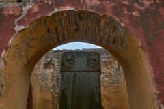 入口和门对古老wushu寺庙在Wudangshan山 免版税库存照片