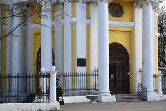 入口在上生教会里在紫花豌豆的在莫斯科,俄罗斯 免版税库存图片