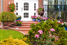 入口在有花的装饰的房子里 免版税库存照片