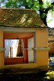 入口在被加强的中世纪撒克逊人的教会里在Cinsor-Kleinschenk,锡比乌县 免版税图库摄影