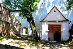 入口在被加强的中世纪撒克逊人的教会里在Cinsor-Kleinschenk,锡比乌县 图库摄影