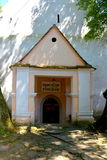 入口在被加强的中世纪撒克逊人的教会里在Cinsor-Kleinschenk,锡比乌县 免版税库存图片