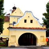 入口在被加强的撒克逊人的中世纪教会哈曼,特兰西瓦尼亚,罗马尼亚里 免版税图库摄影