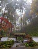 入口对波特兰日本庭院一个五颜六色的有雾的秋天早晨 免版税图库摄影