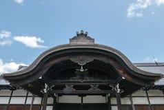 入口屋顶,一部分的Nijo城堡在京都 免版税库存图片