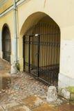 入口曲拱在一个老房子里 库存照片