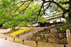 入口有历史的日本古庙 库存照片