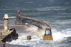 入口港口风大浪急的海面向whitby约克夏 库存图片