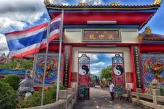 入口的外部对Anek Kusala Sala Viharn Sien中国寺庙的在芭达亚,泰国 库存照片