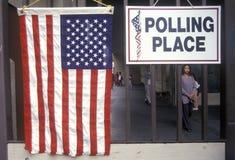 入口的子项对投票所 库存图片