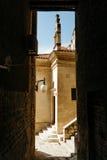 从入口的狭窄的欧洲街道到relizioznoe大厦在希贝尼克,克罗地亚的历史的中心 库存照片