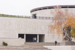 入口的秋季看法对军事荣耀和浅浮雕的霍尔的从英雄的正方形,历史纪念comple 库存照片