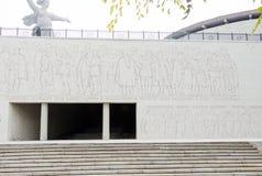 入口的秋季看法对军事荣耀和浅浮雕的霍尔的从英雄的正方形,历史纪念comple 图库摄影