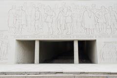 入口的秋季看法对军事荣耀和浅浮雕的霍尔的从英雄的正方形,历史纪念comple 免版税库存图片