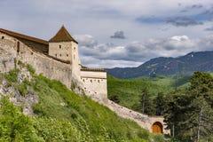 入口的美好的春天视图在Rasnov城堡在有波斯特瓦鲁山的布拉索夫县罗马尼亚,在背景中 库存照片