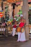 入口的鼓手对佛教寺庙 免版税库存图片