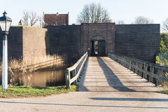 给入口设防Loevestijn在荷兰的木材桥梁 库存图片