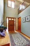入口走廊在现代房子里 免版税图库摄影