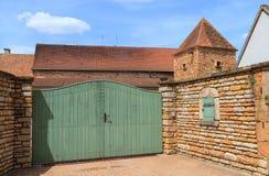 入口门和老房子在伯根地的法国村庄 免版税库存图片