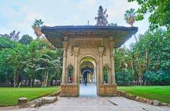 入口门在Manial宫殿,开罗,埃及庭院里  库存照片