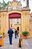 入口门的人们到自然历史博物馆姆迪纳马耳他里 免版税库存照片