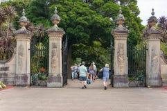 入口门的游人对皇家植物园在悉尼 免版税图库摄影