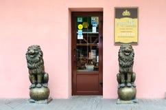 入口餐馆酒吧金黄狮子,维帖布斯克,白俄罗斯 库存图片