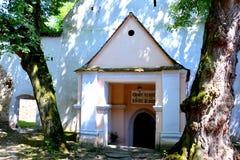 入口 被加强的中世纪撒克逊人的教会在Cinsor-Kleinschenk,锡比乌县 库存照片