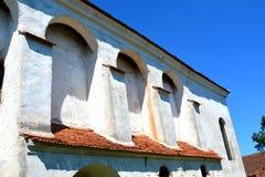 入口 被加强的中世纪撒克逊人的教会在Cinsor-Kleinschenk,锡比乌县 免版税图库摄影