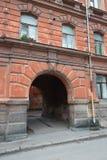 入在市的老居民住房的曲拱Vyb 免版税图库摄影